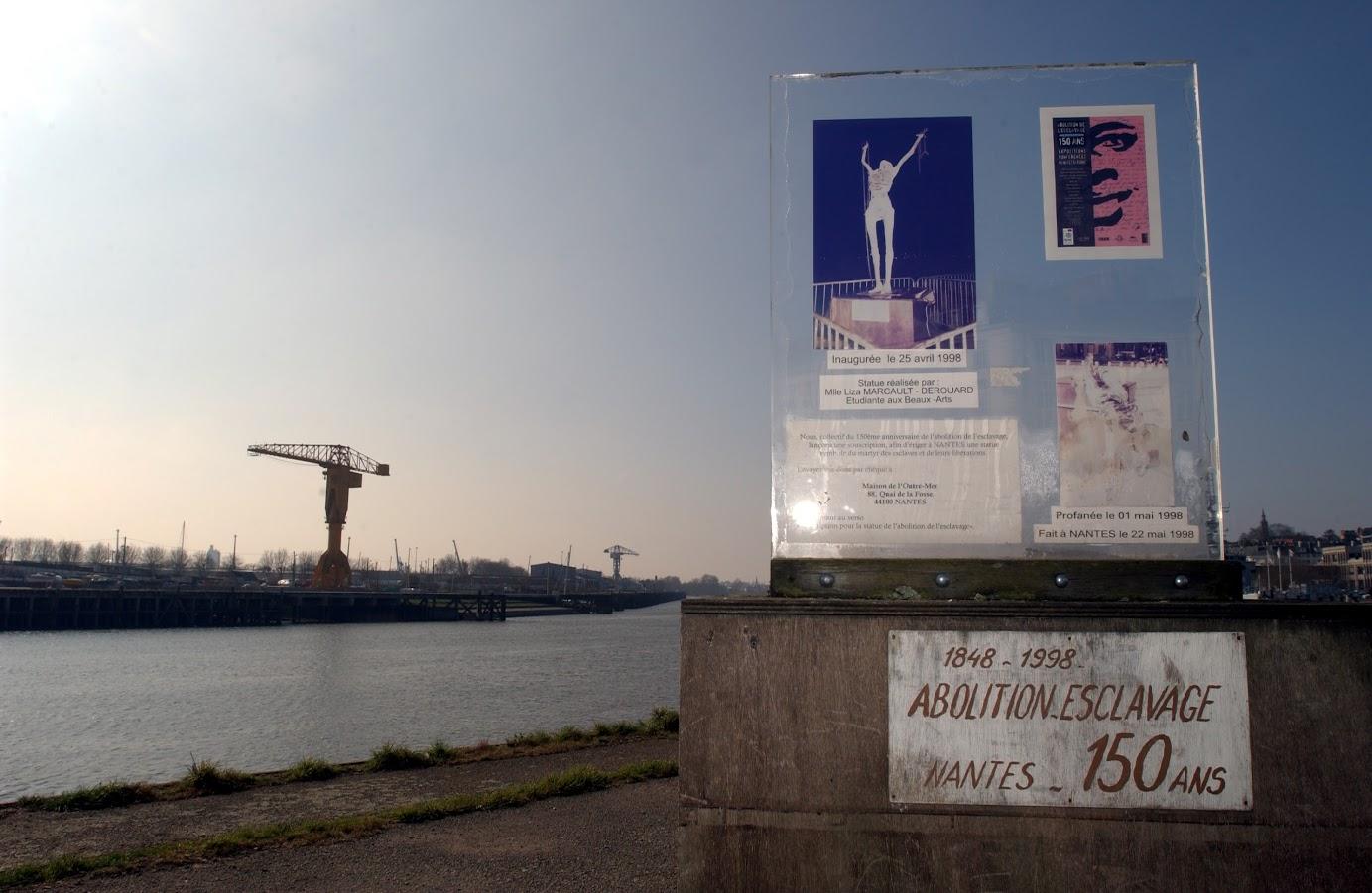 stèle provisoire remplaçant depuis le 1 mai 1998, après sa profanation, la statue, commérative du 150 è anniversaire de l'abolition de l'esclavage, originale réalisée par Liza Marcault-Derouard et inaugurée le 25 avril 1998.